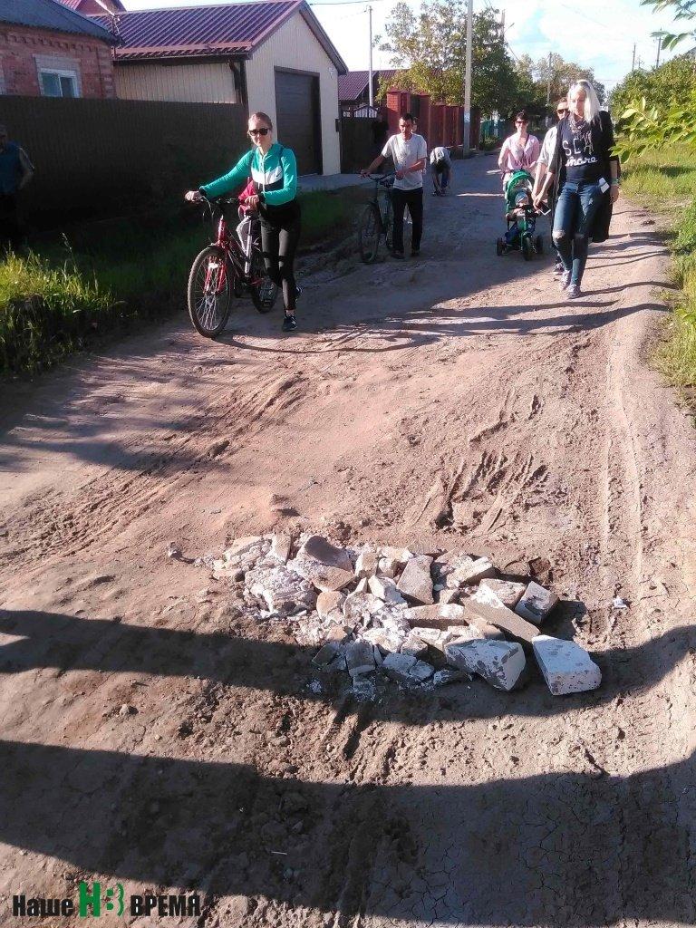Робкие попытки жителей улицы Первомайской справиться с «благоустройством» дороги своими силами.