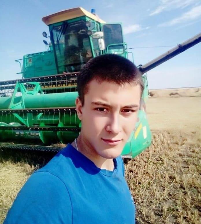 Сын Анатолия Мелащенко - Евгений - с тринадцати лет на комбайне у отца штурвальным. Как сложится его судьба завтра, если с хозяйством беда случится?