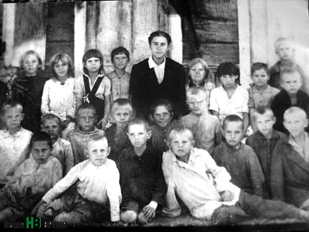 Дети военной поры (Николай Гнутов в верхнем ряду справа).