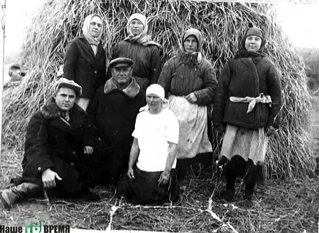 Рисоводческое звено. Снимок 1940 года. В центре - председатель колхоза Пахом Агапович Тимофеев..jpg