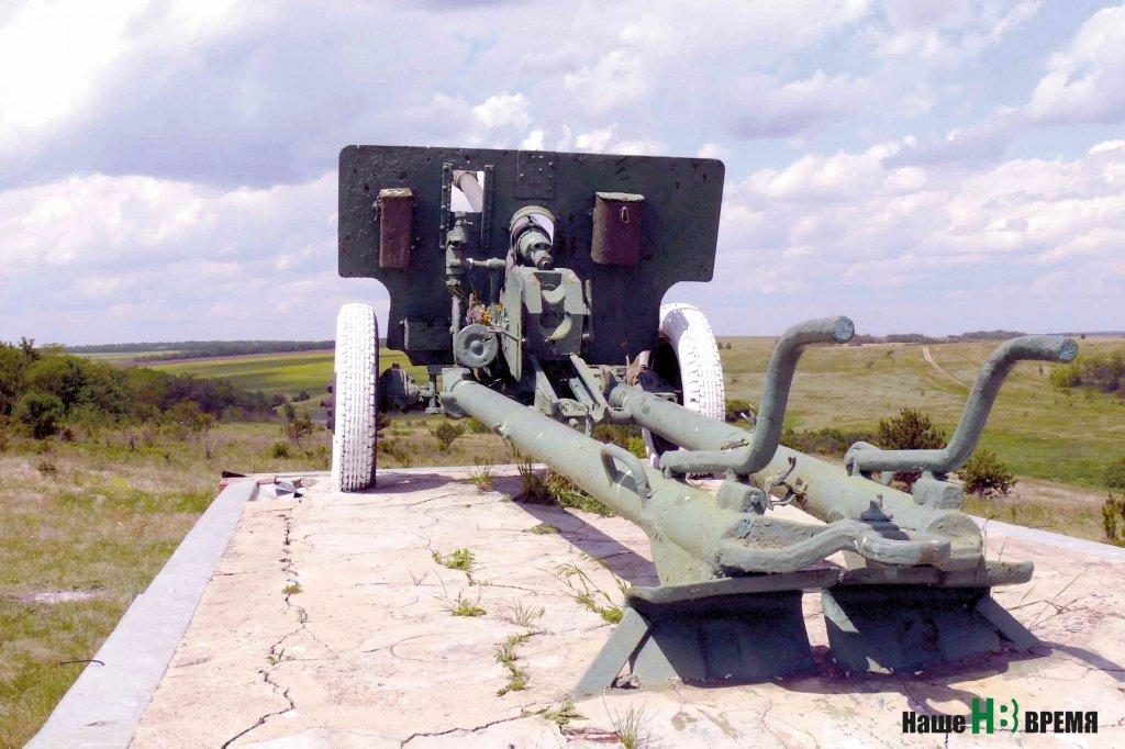 Пушка среди степи – памятник погибшим курсантам-артиллеристам.