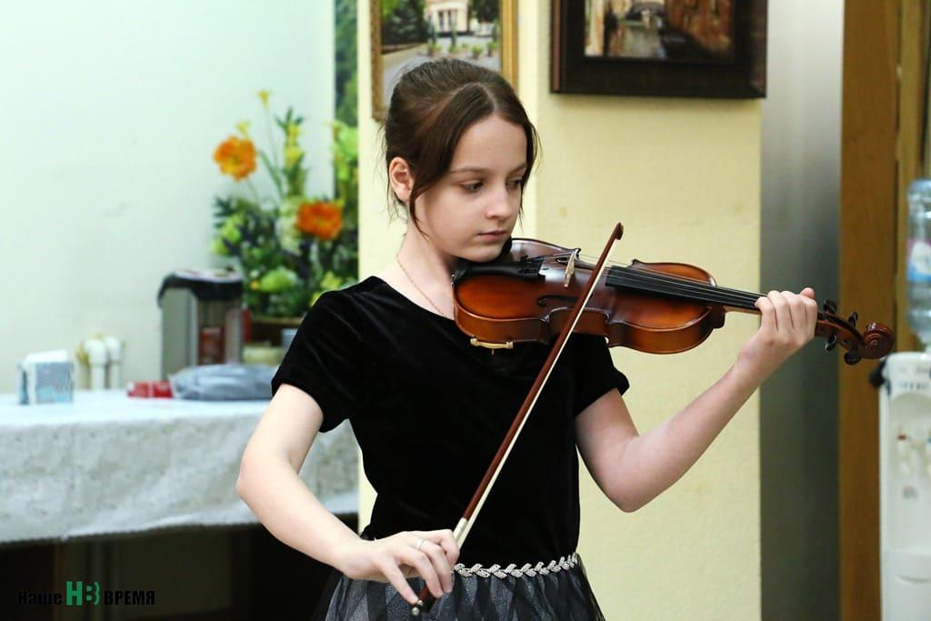Соня, подопечная фонда, увлекается игрой на скрипке. На встрече, организованной «Дариной», девочка показала, что таланту никакая болезнь не может помешать.