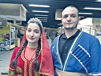 Эсфира МУСТАФАЕВА и Джафар КЕРИМОВ читали стихи Насими на русском и азербайджанском языках.